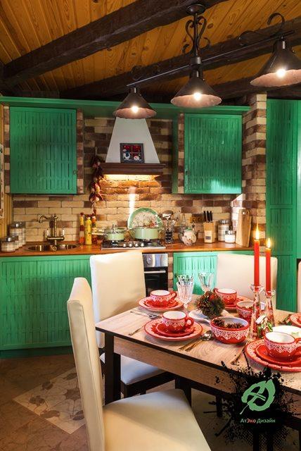 Вид реализованного дизайна кухни со столом в дачнои домике